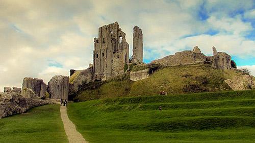 Corfe Castle - Tallguyuk, CC BY-SA 3.0 , via Wikimedia Commons